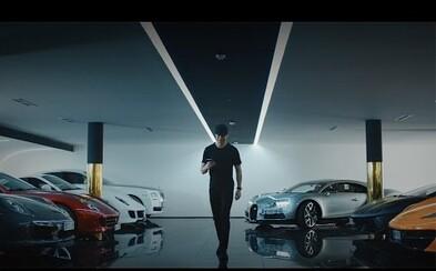Ani obrovská sláva Cristianu Ronaldovi nepomohla v tom, aby jen tak získal Bugatti Chiron. Fotbalová hvězda propaguje pekelný stroj v nové reklamě