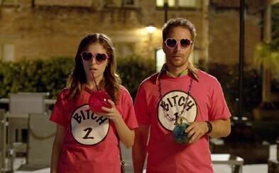 Anna Kendrick a Sam Rockwell sú dokonalým príkladom toho, že pre lásku sa niekedy naozaj vraždí