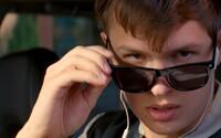 Ansel Elgort predvádza svoje šoférske zručnosti v dynamickej úvodnej scéne z očakávanej novinky Baby Driver od Edgara Wrighta