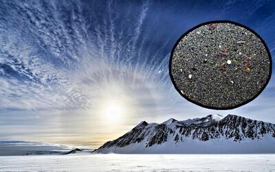 Antarktída je zamorená mikroplastmi. Výskumníci ich našli vo väčšine odobratých vzoriek