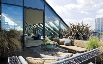 Apartmán na střeše nejmodernější londýnské čtvrti nabízí luxusní bydlení plné designových prvků