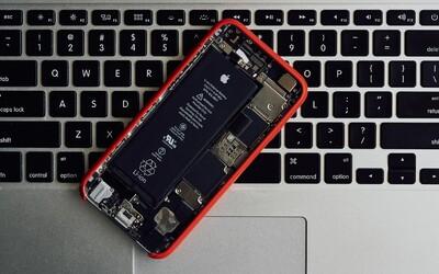 Apple dostalo za spomaľovanie starších iPhonov mastnú pokutu. Firma sa však bráni, že to robila pre zákazníkov