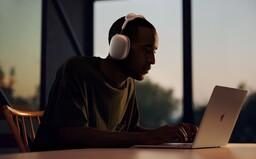 Apple v tichosti uviedol svoje prvé veľké slúchadlá AirPods Max. Zaplatíš za ne 629 €