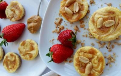 """Arašídové """"cheesecake"""" košíčky s tvarohovou náplní tě svojí chutí dostanou! (Recept)"""
