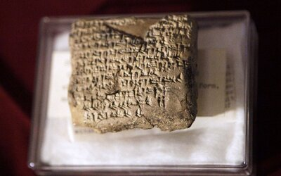 Archeológovia objavili azda najstarší zápis Homérovho eposu Odysea. Hlinená tabuľka s veršami pochádza z 3. storočia