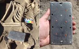 """Archeológovia vykopali """"staroveký iPhone"""", jeho vek odhadli na 2137 rokov"""