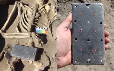 """Archeologové vykopali """"starověký iPhone"""", jeho stáří odhadli na 2137 let"""