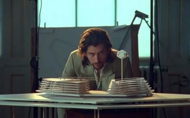 Arctic Monkeys vydali nový album. Na úvod posúvajú fanúšikom mysteriózny videoklip odhaľujúci dve stránky Alexa Turnera