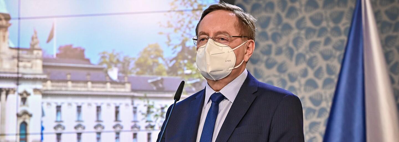 """Arenberger kárá občany jako děti. """"Nezlobte, jinak budeme v létě nosit respirátory,"""" řekl ve Sněmovně"""