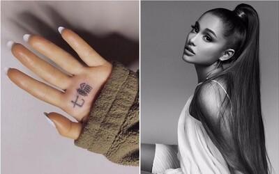 """Ariana Grande si dala nechtiac vytetovať slová """"gril na uhlie"""". Je na smiech celému internetu"""