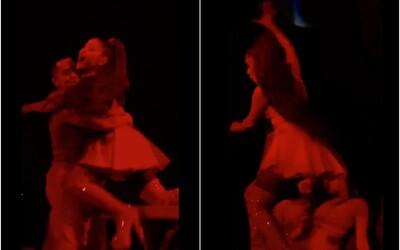 Ariana Grande spadla z pódia počas koncertu, zachránil ju duchaprítomný tanečník. Ako reagovala speváčka?