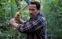 Arnold Schwarzenegger ochraňuje svoju dcéru premieňajúcu sa na zombieho v prvom klipe pre Maggie