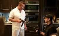 Arnold Schwarzenegger v role profesionálneho zabijáka. Akčná komédia, ktorá sľubuje množstvo zábavy