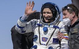 Astronauti z Mezinárodní vesmírné stanice bezpečně přistáli na Zemi. Ve vesmíru strávili 185 dní