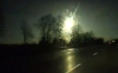 Atmosféru nad Českem a Polskem prorazil meteor. Ohnivý pád zachytila řidičova kamera