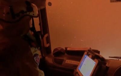 Australští hasiči projížděli lesními požáry. Na videu to vypadá, jako by jeli přes samotné peklo