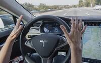 Autentické video ukazuje, ako vodič Tesly aktivoval autopilota a presadol si na diaľnici dozadu