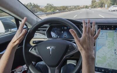 Autentické video ukazuje, jak řidič Tesly aktivoval autopilota a přesedl si na dálnici dozadu