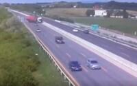 Autentické video zachytáva prevrátenie kamiónu na slovenskej diaľnici. Zo sekundy na sekundu zostalo vozidlo neovládateľné