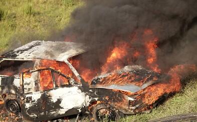 Auto s pasažierom začalo horieť, okoloidúci si nehodu len natáčali a nepomohli. Kým prišli hasiči, zo šoféra bola len kostra