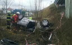 Auto spadlo z mostu na střechu, jen zázrakem nikdo nezemřel