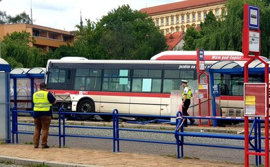 Autobus vjel ve Slaném do zastávky pro cestující. Při nehodě zemřelo dítě