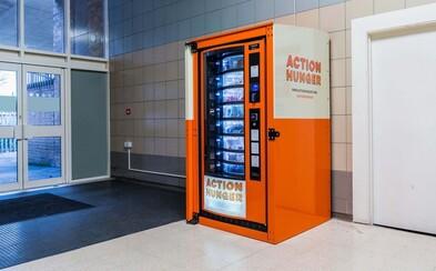 Automat v nákupním středisku nabízí pomoc bezdomovcům. Zdarma si tu můžou vzít jídlo, deku nebo ponožky