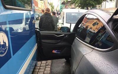 Automatické dveře Tesly způsobily nehodu. Systém si spletl přijíždějící tramvaj s řidičem
