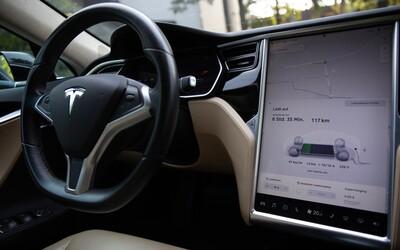 Autopilot v autech Tesla bude opět dokonalejší. Už dokáže zastavit i na červené