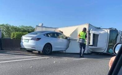 Autopilot v Tesle opět fatálně selhal. Nereagoval na převrácený náklaďák na dálnici