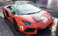 Autoškola začala nabízet výuku v Lamborghini. Pokud zaplatíš 600 tisíc korun, můžeš získat řidičák v supersportu