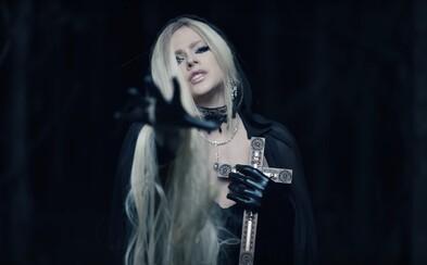 Avril Lavigne se veze v pohřebáku, problémy jí v novém videoklipu způsobuje láska s ďáblem