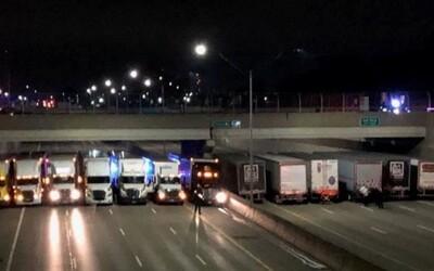 Až 13 kamionistov zaparkovalo pod mostom, aby zachránili samovraha pred skokom na diaľnicu