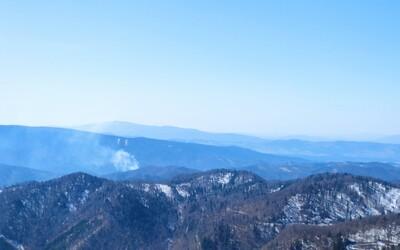 Až 40 hasičov bojuje s lesným požiarom neďaleko Turčianskych Teplíc, zasahuje aj vrtuľník