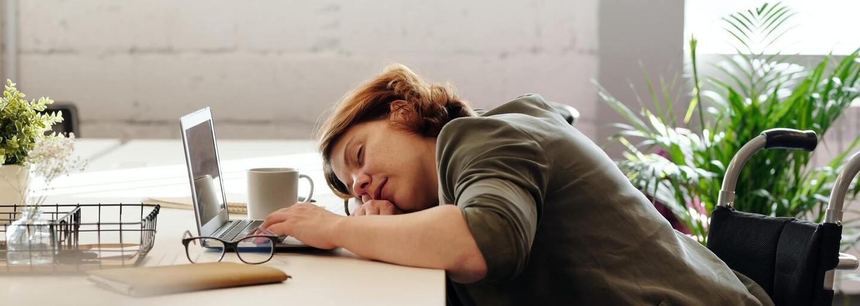 Až 745 tisíc lidí ročně zemře v důsledku příliš dlouhé pracovní doby. Pokud pracuješ více než tento počet hodin, je třeba zvolnit