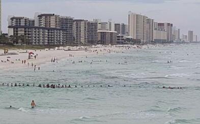 Až 80 ľudí vytvorilo ľudskú reťaz, vďaka ktorej zachránili rodinu topiacu sa v mori. Všetci sa pochytali za ruky a čelili búrlivej vode