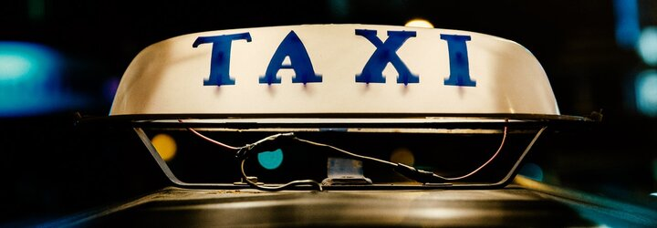 Protesty pražských taxikářů přinášejí ovoce. Řidiči Uberu budou potřebovat licenci i evidenci tržeb