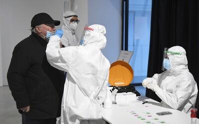 Šířit koronavirus mohou i lidé, kteří již prodělali covid-19. Nakazit se dá opakovaně, zjistili britští vědci.