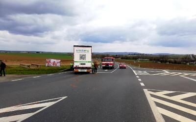 Nehoda u Čáslavi: Tragickou srážku nákladního a osobního auta nepřežili dva senioři.