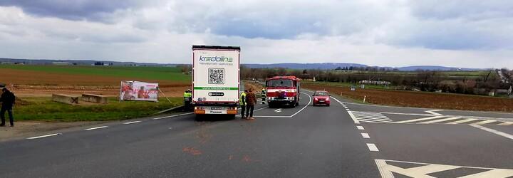 Nehoda u Čáslavi: Tragickou srážku nákladního a osobního auta nepřežili dva senioři