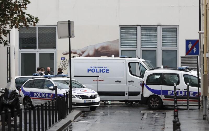 Před bývalou redakcí Charlie Hebdo byli pobodáni dva lidé.