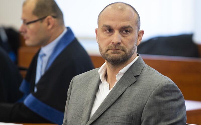 NAKA si prišla po rodinného príslušíka Petra Žigu. Vyšetrujú ho kvôli úplatku 50-tisíc eur, zapojený je aj Bödör.