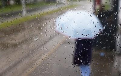 SHMÚ vydal výstrahy: v desiatich okresoch udrú silné búrky, leto sa zrejme končí.