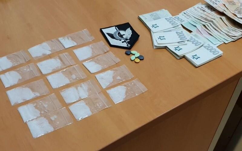 Řidič pod vlivem drog vezl po Praze cizince, který měl v rozkroku pervitin a desetitisíce korun. Prozradila je nervozita.