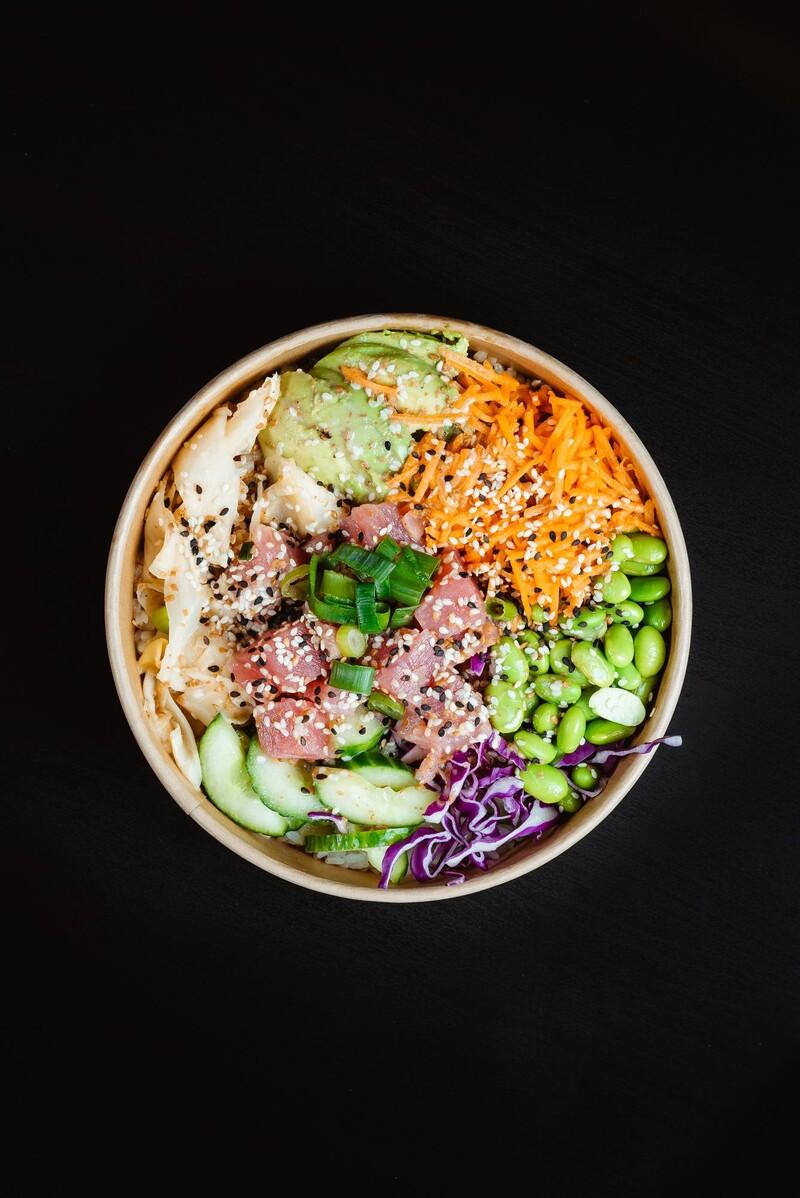 Pre ktorú krajinu je charakteristické jedlo známe ako poké bowl?