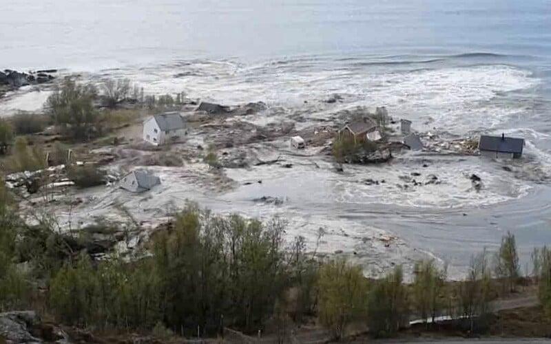 VIDEO: Masivní sesuv půdy odnesl z norského pobřeží 8 domů.