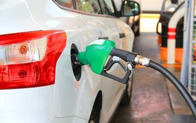 Naftu natankuješ za menej ako 1 euro, ale o takom lacnom benzíne môžeš len snívať. Slováci aj tak tankujú drahšie ako susedia.