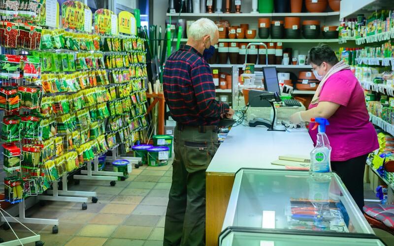 Konec vyhrazené nákupní doby pro seniory. Od zítřka už mohou do potravin mezi 8. a 10. hodinou i lidé pod 65 let.