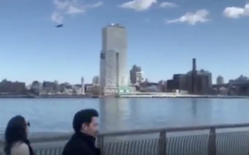Jako z Orwellova románu. Nad Manhattenem létal dron, který žádal chodce, aby od sebe udržovali odstup.