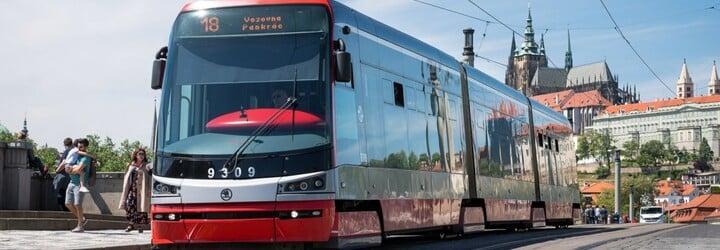 Muž v pražské tramvaji onanoval před nezletilou dívkou. Ta ho natočila na video